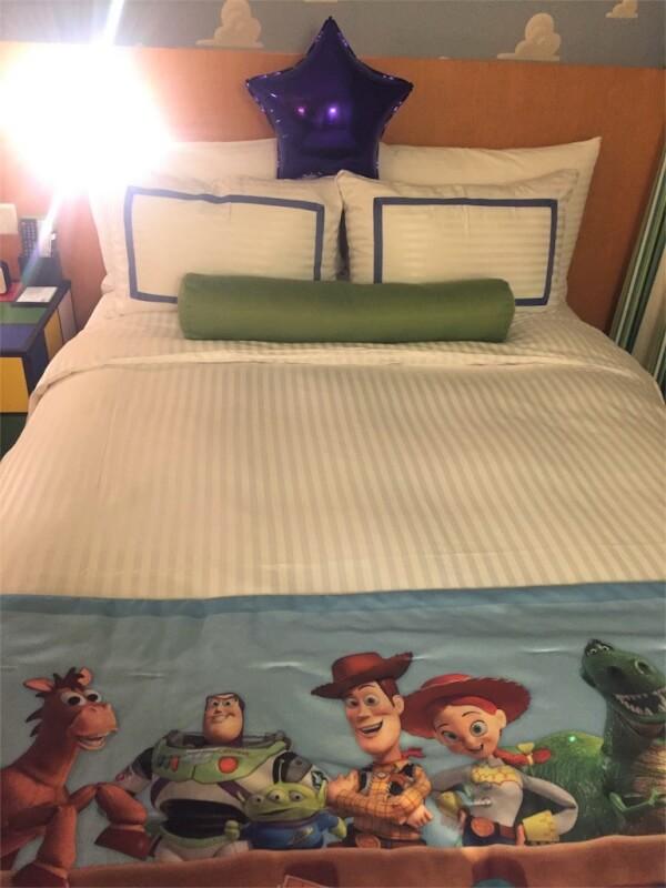 上海ディズニーランドのトイ・ストーリー・ホテル客室のベッド