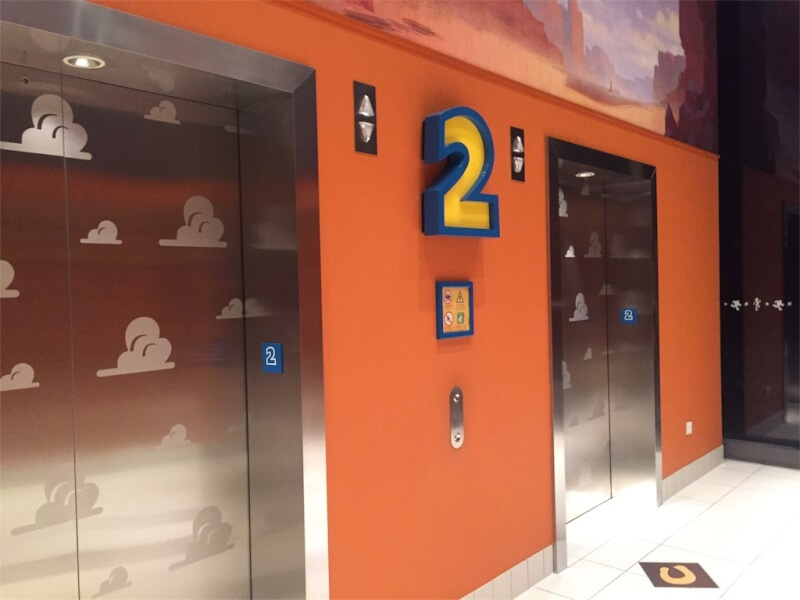 上海ディズニーランドのトイ・ストーリー・ホテルエレベーターホール