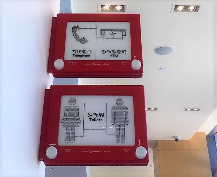 上海ディズニーランドのトイ・ストーリー・ホテルのトイレの標識「スケッチ」