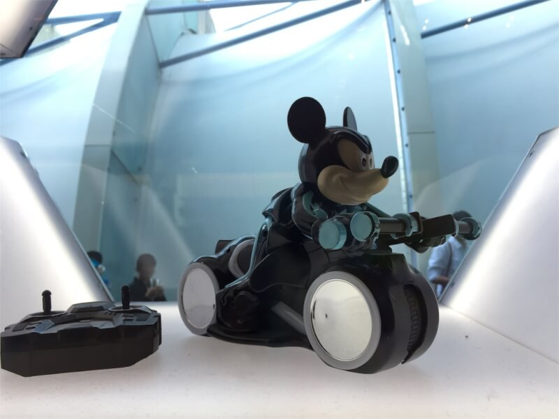 上海ディズニーランドのトロンのミッキーフィギュア