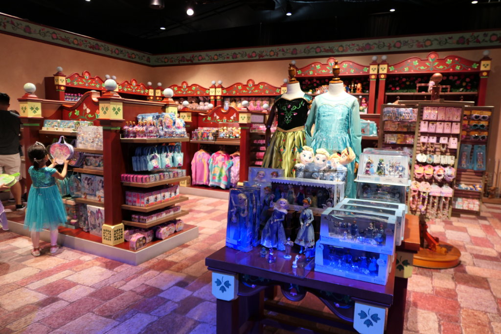 香港ディズニーランドのプリンセスグッズはお土産にもおすすめ:アナ、エルサのドレス