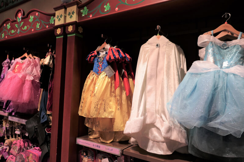 香港ディズニーランドのプリンセスグッズはお土産にもおすすめ:白雪姫、シンデレラのドレス